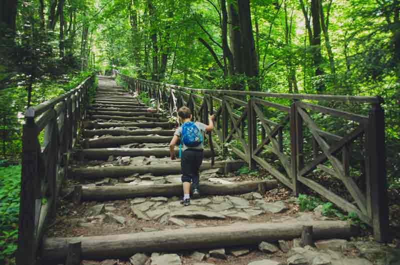 Jak wybrać plecak dla dziecka? chodzenie po schodach Joanna Tokarska joannatokarska.pl